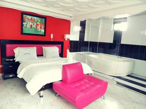 amoblados-el-bosque-motel-en-bogota-suites-jacuzzi-habitacion